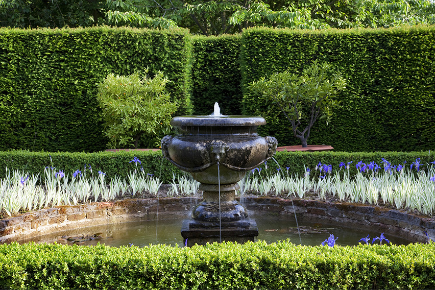 01058883-Buxus-Taxus-estate-English-park-public-fountain