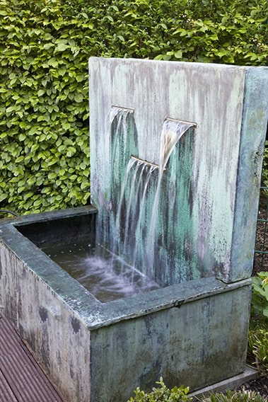 34237-Carpinus-hornbeam-hedge-modern-contemporary-landscape-garden-fountain