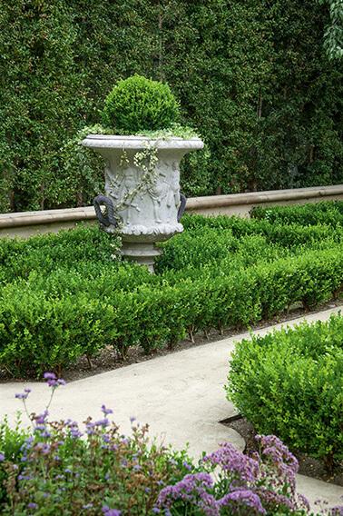 N1004179_140-Buxus-courtyard-country-garden