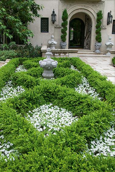 N1004180_140-Buxus-courtyard-country-garden